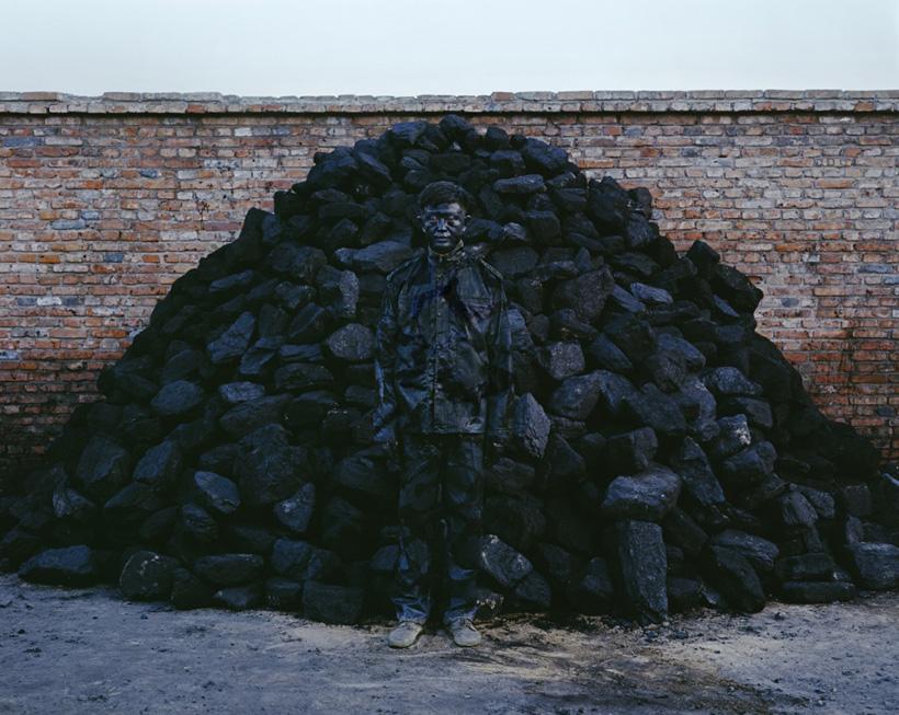 10-liu_bolin_hitc_no-95_coal_pile_photograph_118x150cm_2010